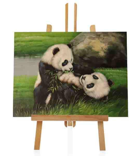 spielende Pandas im Gras